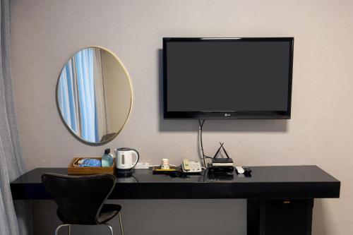 A television and/or entertainment center at Gyeongpo Vista Hotel