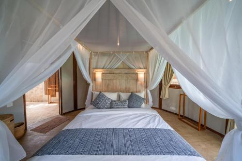 A bed or beds in a room at Blue Lagoon Avia Villas