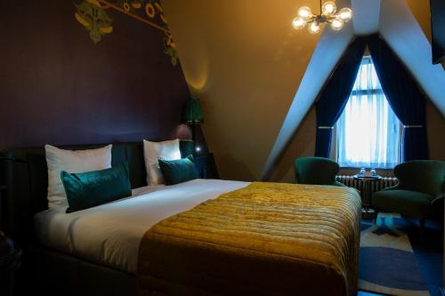 A bed or beds in a room at Hotel Aalders