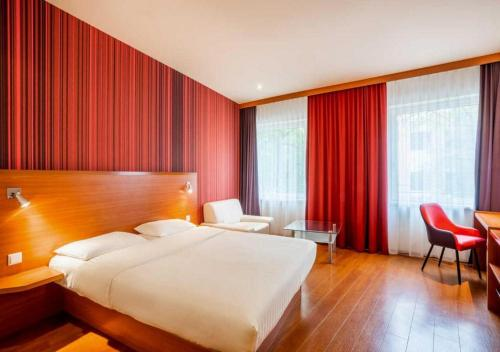 A bed or beds in a room at Star Inn Hotel Salzburg Zentrum