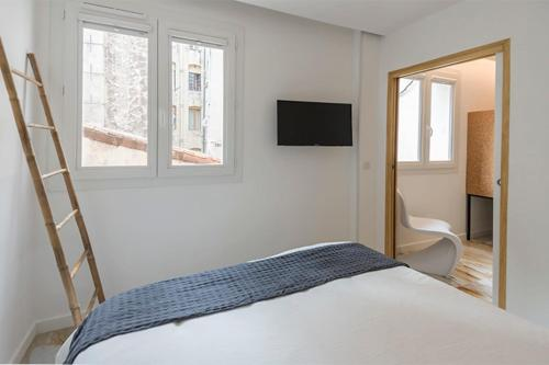 A bed or beds in a room at Renovated apartment on the VIEUX PORT