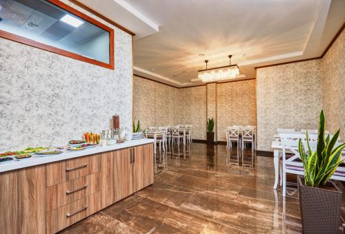 Um restaurante ou outro lugar para comer em Alison Hotel