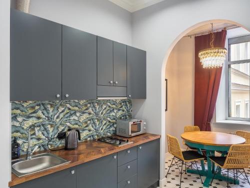 Кухня или мини-кухня в Apartment on Moyka 42