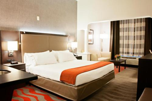 A bed or beds in a room at Holiday Inn Express Hotel & Suites Pittsburgh-South Side, an IHG Hotel
