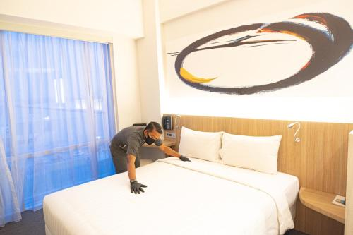 A bed or beds in a room at Enso Hotel