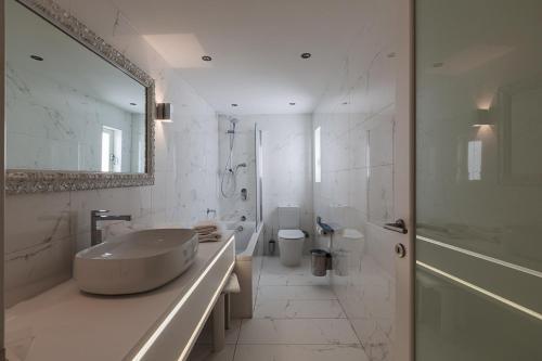 A bathroom at Osborne Hotel