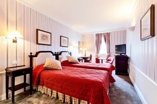 A bed or beds in a room at Golden Tulip Washington Opera