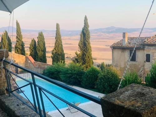 A view of the pool at Relais Il Chiostro Di Pienza or nearby