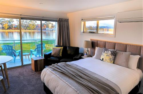 A bed or beds in a room at Ulverstone River Edge HolidayApartments