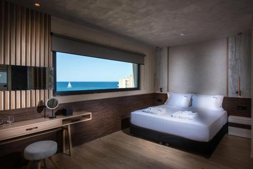 Łóżko lub łóżka w pokoju w obiekcie Chania Flair Deluxe Boutique Hotel - Adults Only