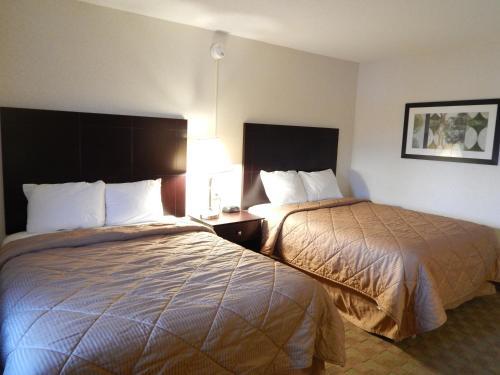 Кровать или кровати в номере Super 8 by Wyndham White River Junction