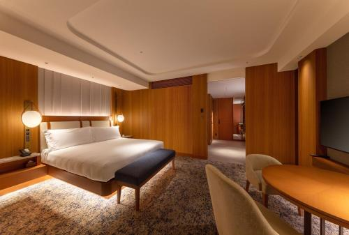 A bed or beds in a room at InterContinental Yokohama Pier 8, an IHG Hotel