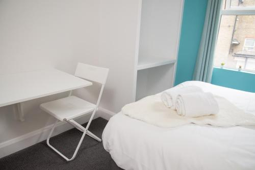 A bed or beds in a room at TLK Apartments & Hotel - Beckenham High Street