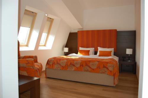 Un pat sau paturi într-o cameră la Hotel Wolf 2