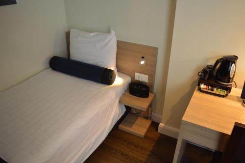 A bed or beds in a room at Hotel Library Amsterdam