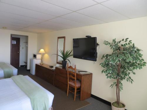 Телевизор и/или развлекательный центр в St Andrews Inn & Suites