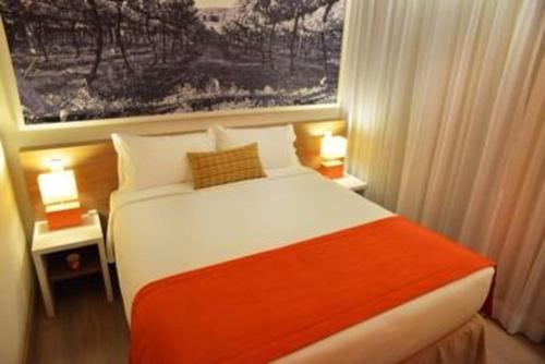 A bed or beds in a room at Partner Hotéis Caxias do Sul