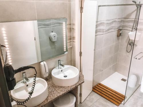 A bathroom at Urban Garden Porto Central Hostel