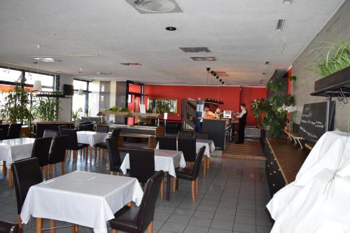 A restaurant or other place to eat at astral'Inn Leipzig Hotel & Restaurant