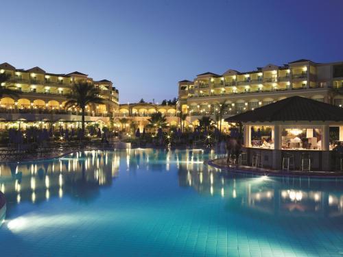 בריכת השחייה שנמצאת ב-Lindos Princess Beach Hotel או באזור
