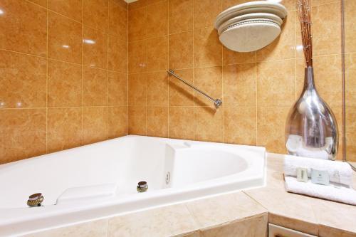 Ein Badezimmer in der Unterkunft Holiday Inn Express Monterrey Galerias-San Jeronimo, an IHG Hotel