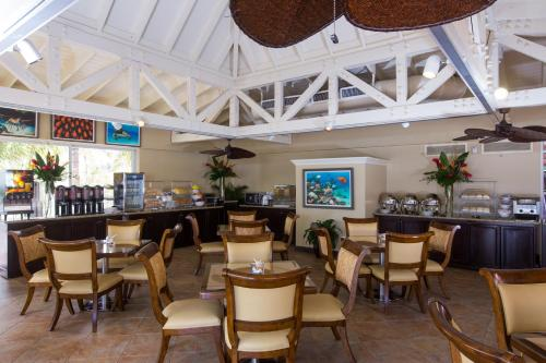 A restaurant or other place to eat at Comfort Suites Paradise Island