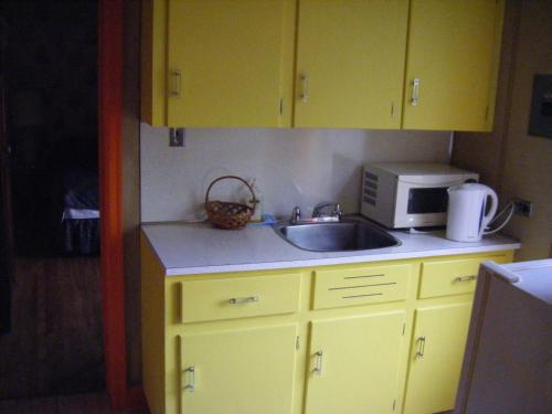 A kitchen or kitchenette at Auberge des Arts Bed and Breakfast