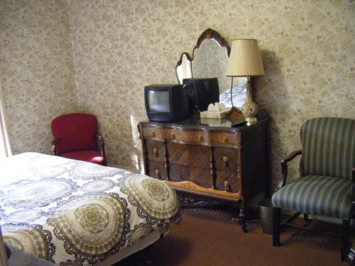 A television and/or entertainment center at Auberge des Arts Bed and Breakfast