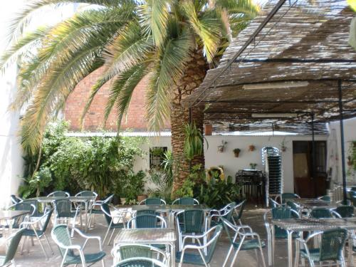 A restaurant or other place to eat at Hostal las Tres Jotas