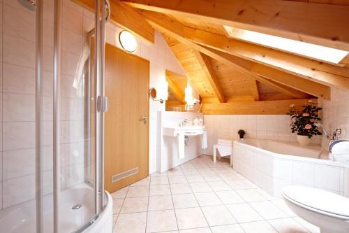 Ein Badezimmer in der Unterkunft Hotel Schatten