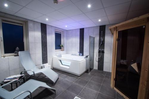 A bathroom at Landgoed Hotel Tatenhove Texel