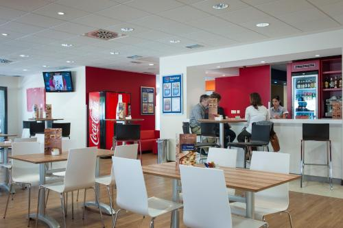 A restaurant or other place to eat at Travelodge Madrid Alcalá