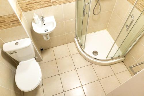 A bathroom at Addenro Serviced Rooms