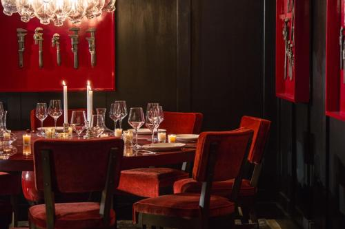 A restaurant or other place to eat at Kimpton Hotel Monaco Philadelphia, an IHG Hotel