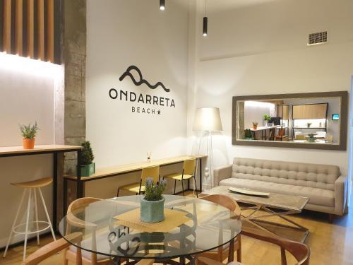 El salón o zona de bar de Hotel Ondarreta Beach