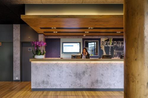 The lobby or reception area at ibis budget Genève Aéroport