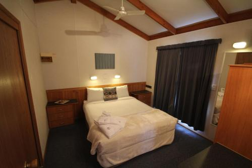 A bed or beds in a room at Metung Holiday Villas