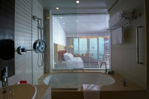 A bathroom at Crowne Plaza Yas Island, an IHG Hotel