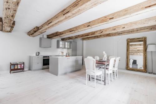 A kitchen or kitchenette at 110SQM Extravagant Luxury Apartment - Heart Of Copenhagen