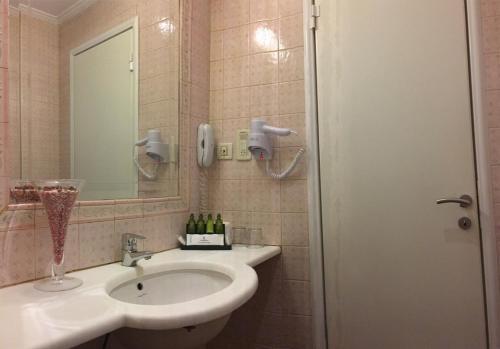 A bathroom at Hotel London