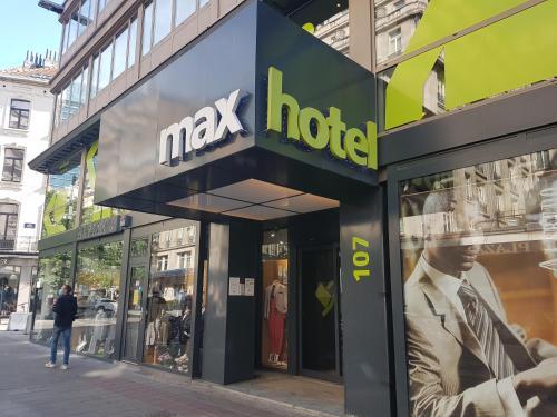 The facade or entrance of Maxhotel