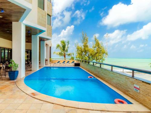 A piscina localizada em Grand Mercure Recife Boa Viagem ou nos arredores