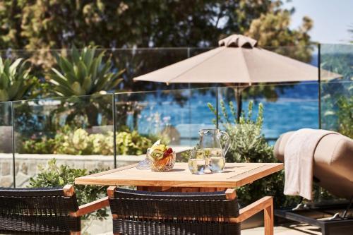 Een patio of ander buitengedeelte van Bellevue On The Beach Suites