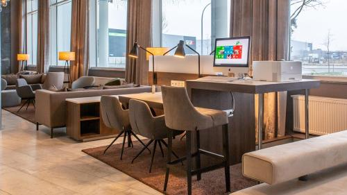 The lounge or bar area at Holiday Inn Berlin Airport - Conference Centre, an IHG Hotel