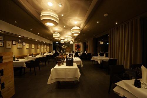Ein Restaurant oder anderes Speiselokal in der Unterkunft Hotel Restaurant Cosita