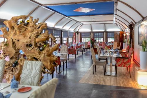 Restaurant ou autre lieu de restauration dans l'établissement La Commanderie de Champarey