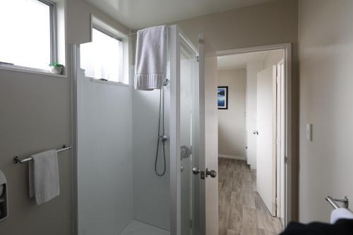 Salle de bains dans l'établissement Aden Motel