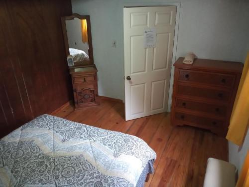 Una habitación en Hostal La Masía