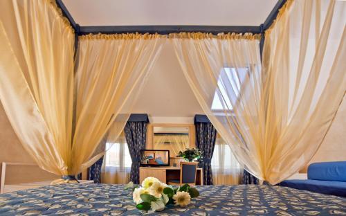 Кровать или кровати в номере Hotel Caesar Prague