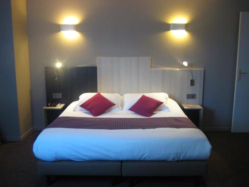 A bed or beds in a room at Inter-Hotel Bordeaux Mériadeck Alton